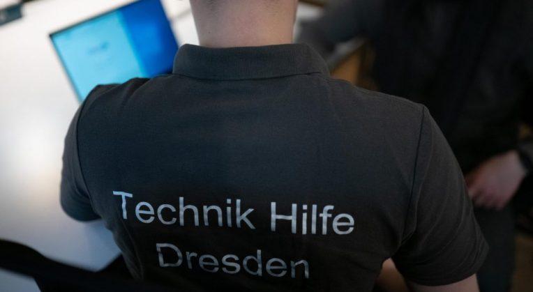 Dieses Bild zeigt einen Mann der eine Webseite in Dresden SEO optimiert.